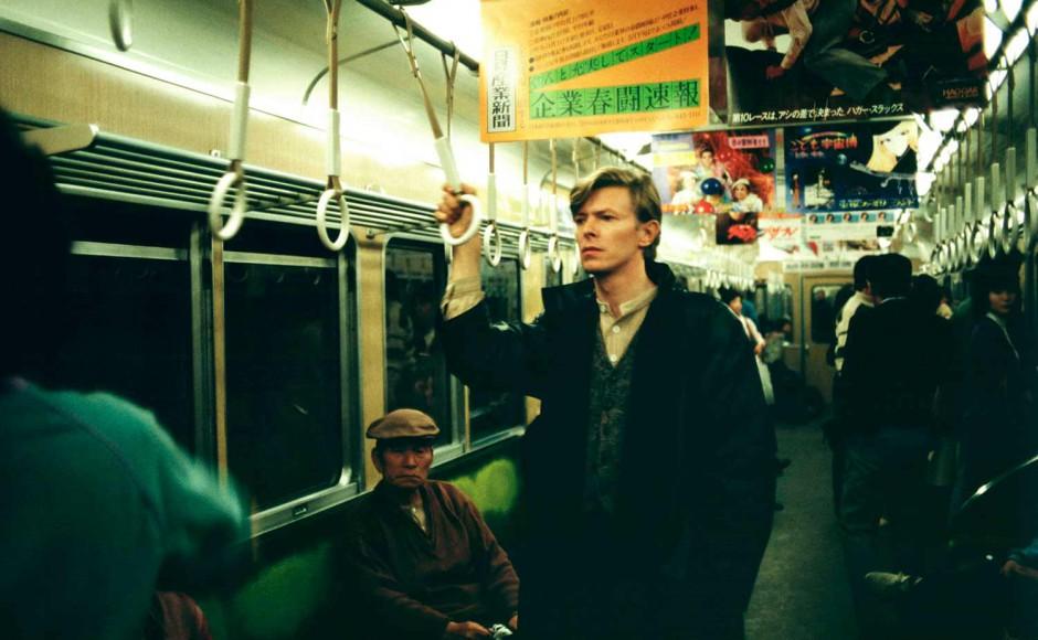 日本の電車に乗るデヴィッド・ボウイ